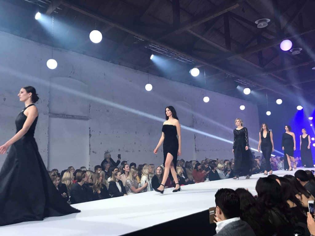 Catwalk med svarta kläder
