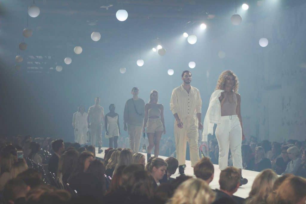 catwalk med kvinna längst fram