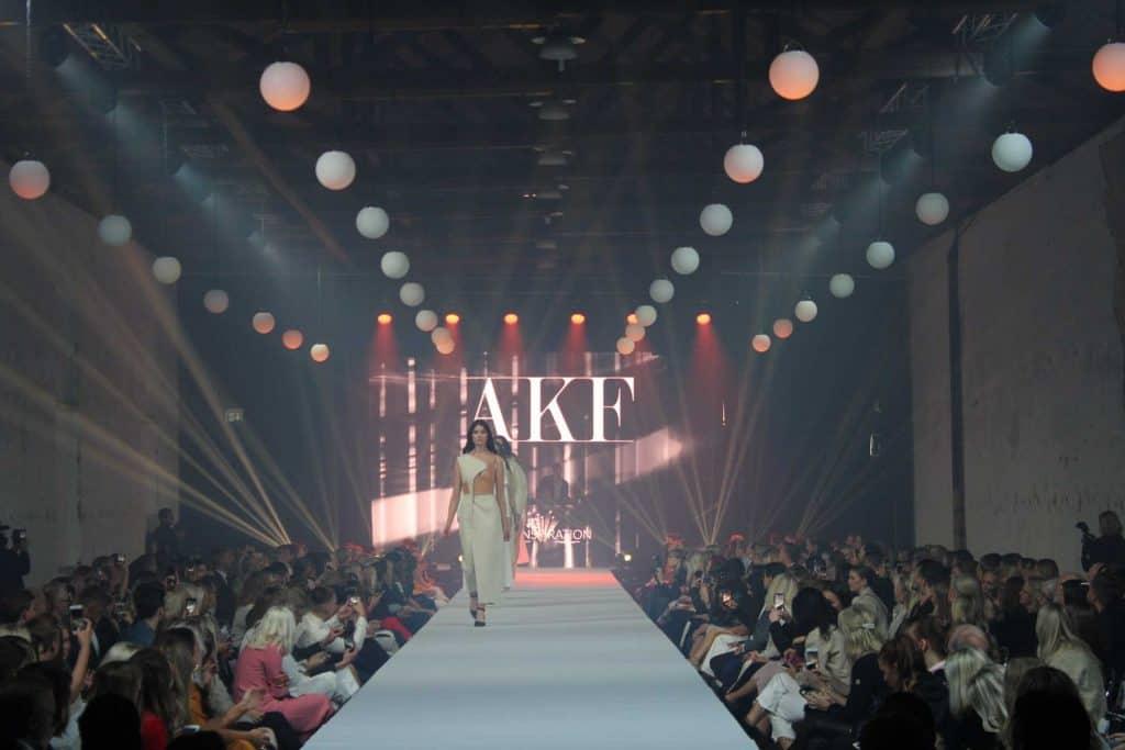 catwalk med bokstäverna AKF