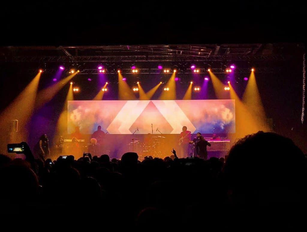 konsert med orange och lila ljus